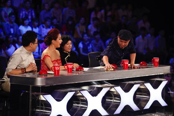 Nhạc sĩ Huy Tuấn, người chỉ quen nhấn nút đỏ và được đánh giá là khó tính nhất trong 4 vị giám khảo đã bất ngờ dùng