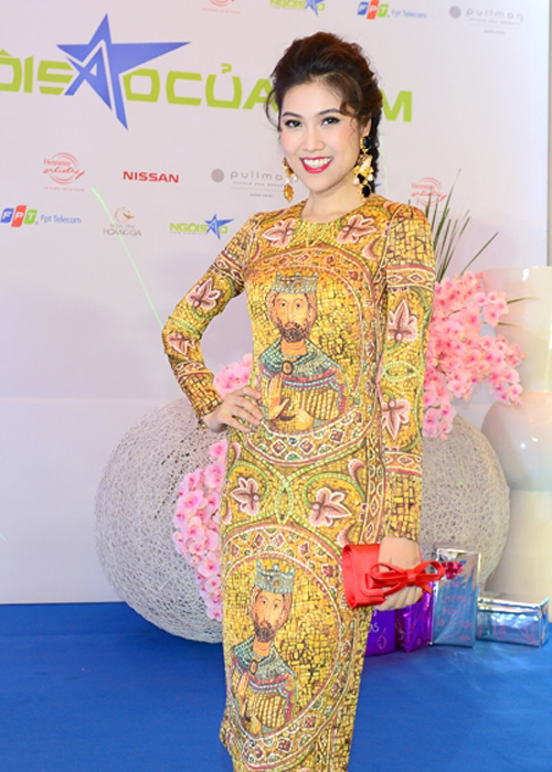Thu Hằng nổi bật trong thiết kế của Dolce Gabbana, mẫu váy ấn tượng về màu sắc và hoạt tiết mang hơi thở của vùng Sicily.