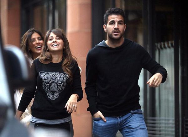 Bạn gái Messi và 'một nửa' của Fabregas thân nhau như chị em gái hơn hai năm qua, nhất là khi