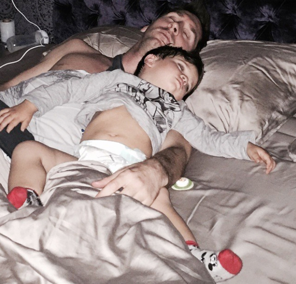 Vài ngày trước, Antonella chia sẻ ảnh Messi và cậu con trai hai tuổi ôm nhau ngủ ngon lành