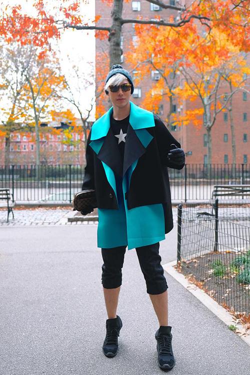 Lý Quý Khánh nổi bật trên phố mùa đông với mẫu áo khoác do nhà thiết kế Trương Thanh Long thực hiện.
