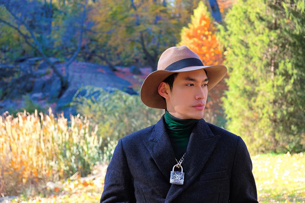 Mũ là một trong những phụ kiện không thể thiếu của Lý Quí Khánh, đồng thời anh còn sử dụng phụ kiện dây chuyền mặt khóa rất hot đến từ thương hiệu Chanel để giúp mình tạo thêm điểm nhấn.
