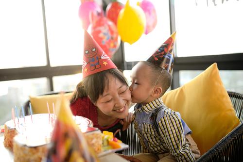 Chị Đỗ Thị Hồng Nhung, 28 tuổi, giảng viên tại Yên Bái được tự tay mang đến cho con những Hương vị Hoàng Gia - một bữa tiệc sinh nhật đầy bất ngờ.