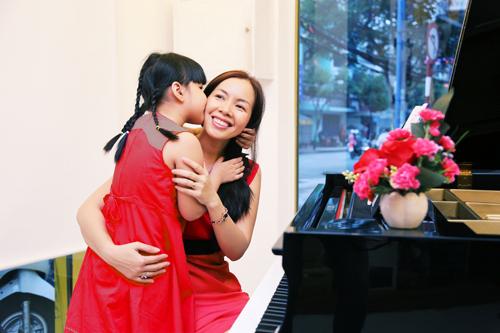 """Chị Võ Ngọc Hoàng Lê Trang, 37 tuổi, nhân viên văn phòng tại TP HCM đã chấp cánh ước mơ âm nhạc cho con bằng điều ước """"Âm thanh Hoàng gia""""."""
