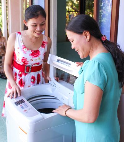 Comfort đã giúp chị Lê Phạm Kiều Huyên, 25 tuổi, nhân viên bảo tàng Quãng Ngãi mang món quà ý nghĩa tặng mẹ là một chiếc máy giặt.