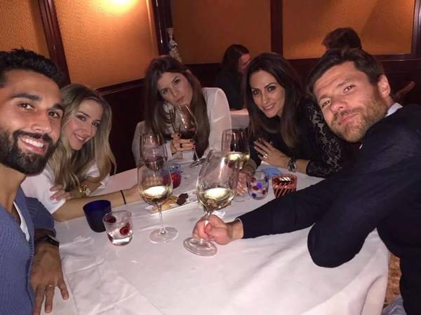 Vợ chồng sao Real Alvaro Arbeloa cũng đi cùng nhà Alonso.