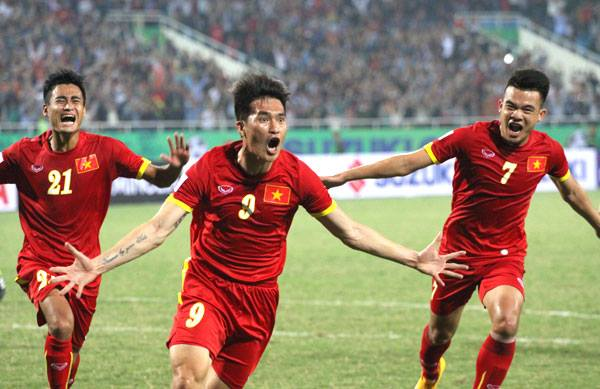 Kinh nghiệm và đẳng cấp giúp Công Vinh đưa Việt Nam vươn lên với tỉ số 2-1.