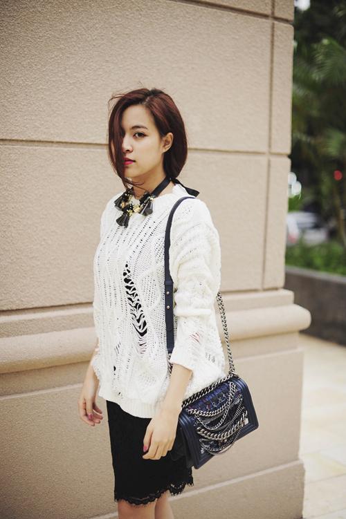 hai tông rắng và đen luôn tạo nên sự hòa quyện khi được đặt cạnh nhau, Hoàng Thùy Linh đã chọn áo len free size để mặc cùng chiếc váy đen nhỏ xinh.