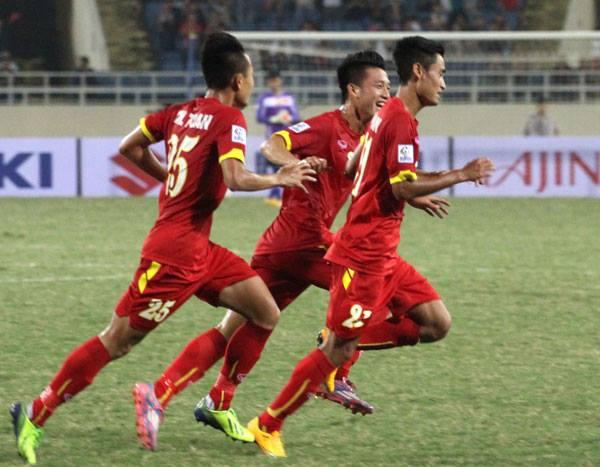 Minh Tuấn và các đồng đội ăn mừng sau bàn mở tỷ số. Ảnh: Thế Ngọc.