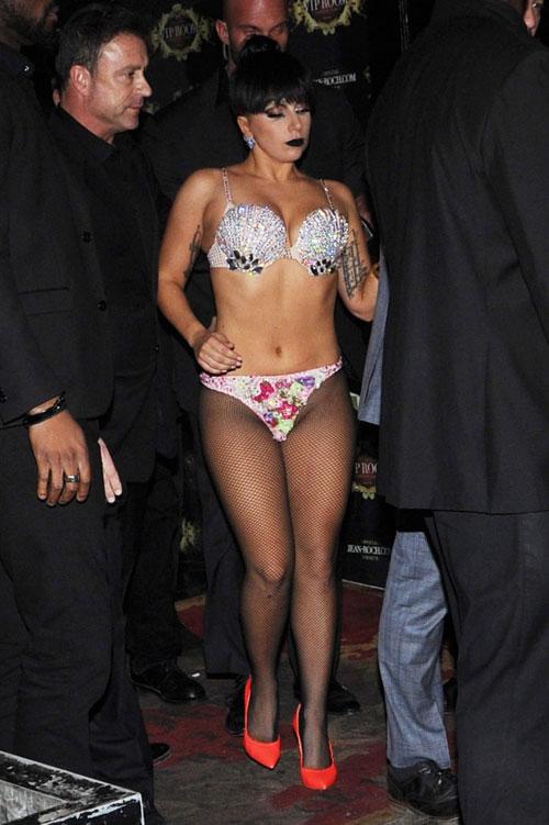 Lady Gaga tơ hơ giữa đêm lạnh Paris