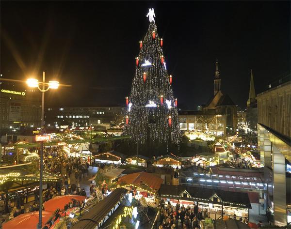 Cây thông Noel sáng rực khi được trang trí đủ các loại đèn màu vào ngày khai trương khu chợ Giáng sinh ở Dortmund 21.11. Cây thông ở Dortmund là cây thông Noel lớn nhất thế giới và được dựng lên bằng một giàn giáo, bao phủ bởi 1.700 cây vân sam Na Uy, 40.000 đèn và cao 45m.