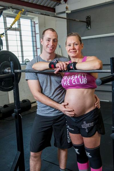 Chồng sắp cưới của cô, anh Jason, 28 tuổi, cũng là một người đam mê tập gym. Anh luôn ủng hộ Katja rèn luyện sức khỏe bằng phương pháp này.