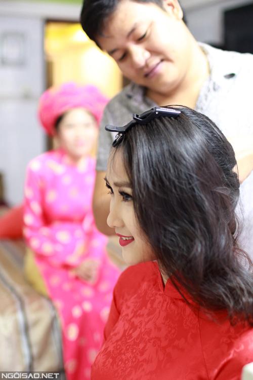 Lam Trường - Yến Phương diện áo dài cưới đơn giản
