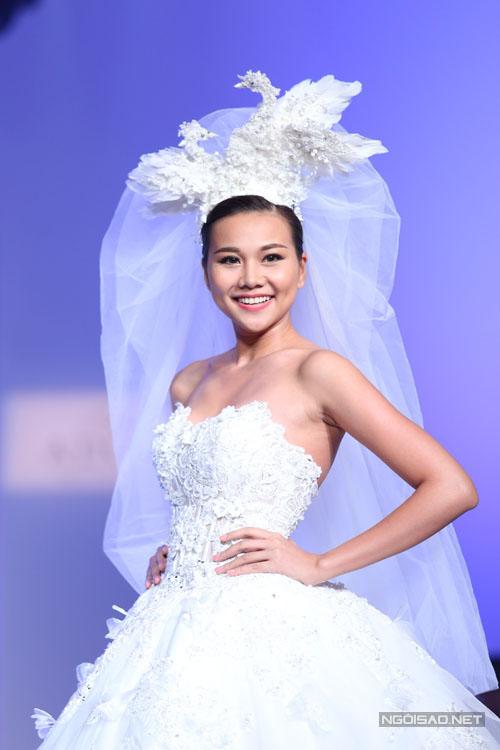 Thanh Hằng khoe eo `con kiến` với váy cưới lộng lẫy