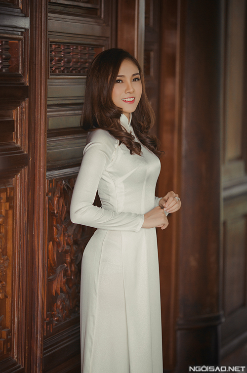 Lưu Hiền Trinh chọn 2 kiểu áo dài cưới khác biệt