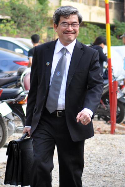 [Caption]Luật sư bào chữa cho bị cáo Nguyễn Đức Kiên (mới !!!!) cười tươi trước khi vào tòa.