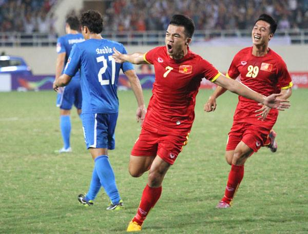 Sau cú sút của Hoàng Thịnh, bóng đi lập bập khiến thủ môn Philippines bó tay.