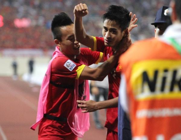 Minh Tuấn mừng bàn thắng nâng tỷ số lên 2-0. Chỉ ít phút sau, tiền vệ số 21 phải nhận thẻ vàng.