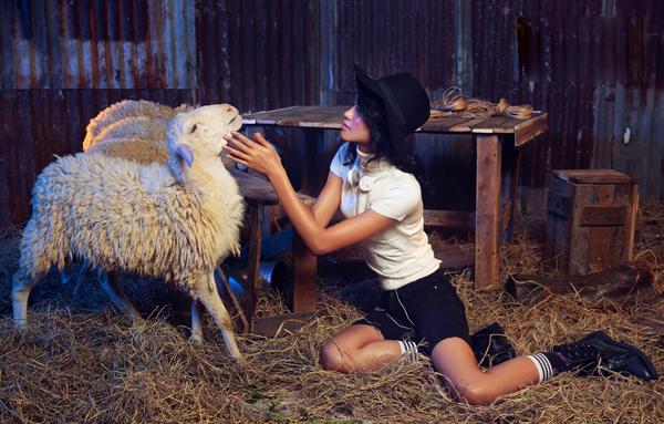 Nguyễn Thị Oanh được đánh giá có bước thay đổi rõ nét, cô tự tin hơn và thể hiện mình khá hợp với chủ đề chụp ảnh lần này.