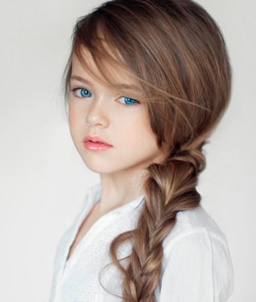 Kristina, con gái út của cựu tiền đạo Ruslan Pimenov được mệnh danh là bé gái xinh đẹp nhất thế giới sau khi những hình ảnh làm mẫu dễ thương của cô bé xuất hiện trên mạng. Mẫu nhí 6 tuổi thu hút một lượng fan khổng lồ, không chỉ ở Nga. Việc Kristina làm mẫu từ khi còn nhỏ gây nhiều tranh cãi khi không ít người cho rằng cô nhóc 6 tuổi còn quá bé, cần được vui chơi như bạn bè cùng lứa, thay vì cả ngày son phấn, váy áo và tạo dáng trước ống kính.