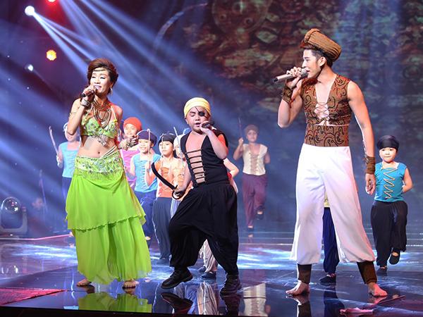 Minh Thư - Minh Trung kết hợp với bé Ben biểu diễn liên khúc 'Nhan sắc - Alibaba' cùng dàn vũ công nhí rất sôi động. Cả Minh Thư lẫn Minh Trung đều mặc trẻ trung, khoe eo thon với những động tác múa bụng gợi cảm. Giám khảo Bảo Lan cho rằng, tiết mục trở nên thu hút hơn hẳn nhờ sự hỗ trợ của 40