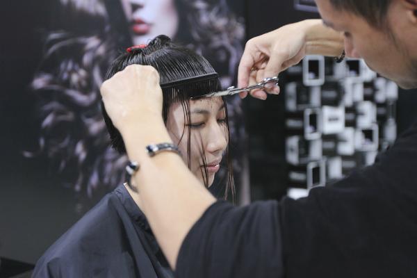 Thay đổi diện mạo của Next Top Model mùa thứ 5 đã thống nhất sẽ mang những kiểu tóc táo bạo, cá tính nhưng hợp thời trang và xu hướng đến cho mỗi bạn thí sinh.