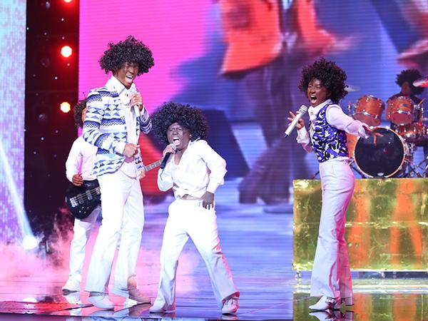 Đinh Hương - Nhan Phúc Vinh - bé Minh Khang kết hợp, tái hiện lại ban nhạc gia đình Michael Jackson trong ca khúc 'Cove together'. Tiết mục rất sôi động, trẻ trung.   Thanh Bạch nhận xét, tiết mục rất vui và