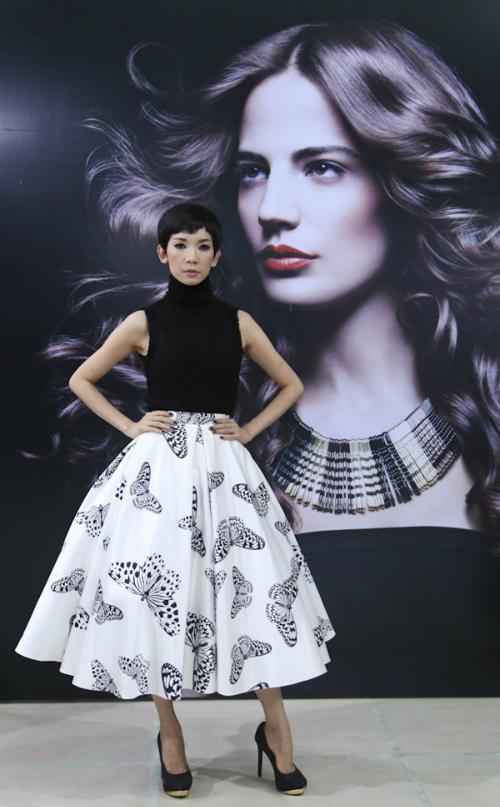 Host Xuân Lan xuất hiện với tạo hình