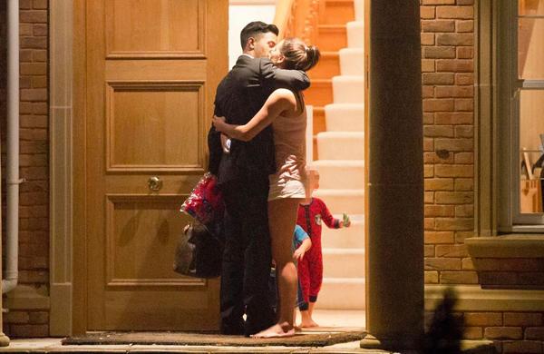 Danielle Lloyd và triệu phú trẻ hôn nhau đắm đuối trước cửa nhà.