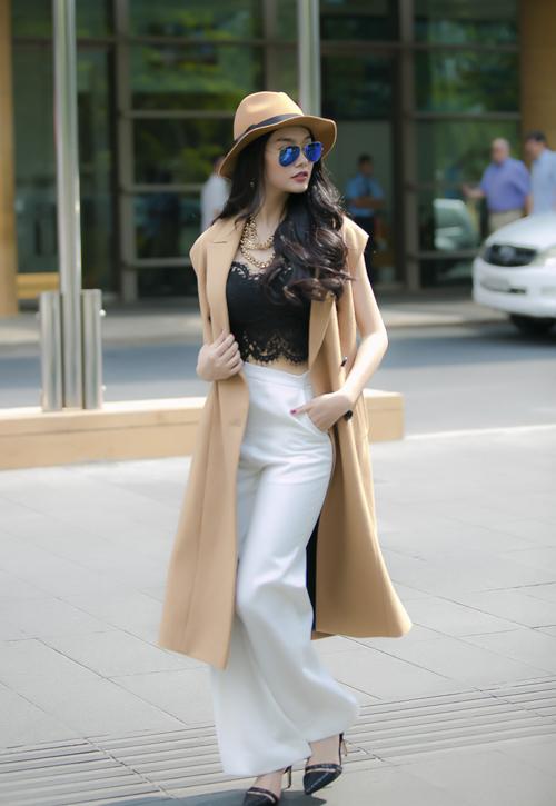 Á khôi Miss Ngôi Sao Linh Chi hòa cùng trào lưu mặc sexy trong mùa đông với những mẫu trang phục thiết kế thanh lịch, sang trọng và hiện đại.