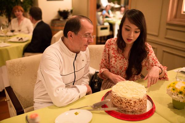 Ông Alain Caron, giám khảo chương trình Masterchef Hà Lan sau khi thưởng thức chiếc bánh kem đã dành cho Minh Nhật lời khen ngợi.