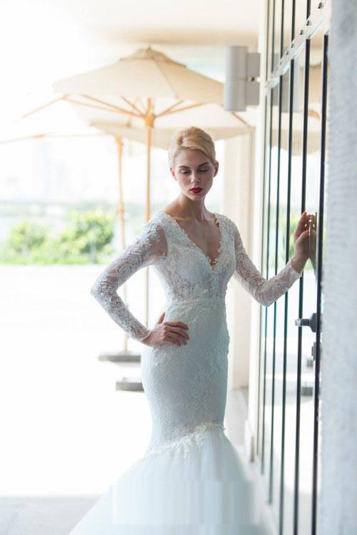 Chọn váy cưới cổ tim gợi cảm cho cô dâu Việt