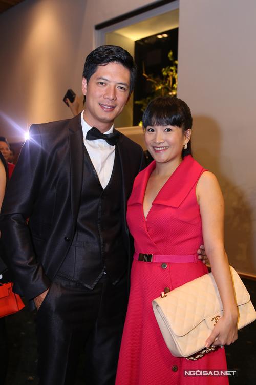 Bình Minh khoe vẻ lịch lãm bên vợ rực rỡ sắc màu với váy hồng hợp mốt.