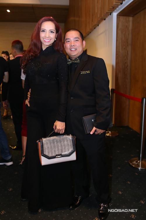 Vợ chồng Thúy Hạnh, Quý Khang cùng chọn tông đen sang trọng cho trang phục của mình.