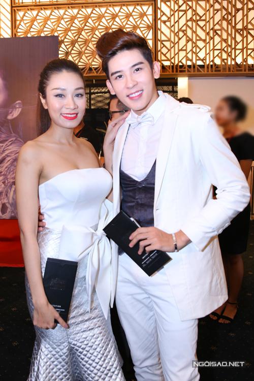 Minh Trung và Minh Thư đồng điệu với phong cách thanh lịch và sang trọng cùng sắc trắng cho vest và váy dạ hội.