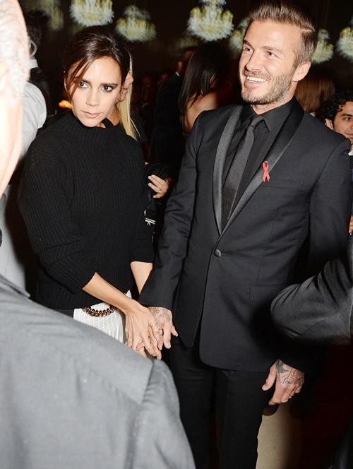 Trong bữa tiệc, Vic luôn nắm tay Becks