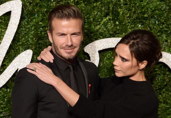 Tờ Mirror bình luận, vợ chồng Becks nắm chặt tay và trông rất đáng yêu