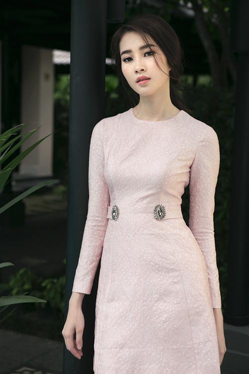 Đường cắt may tinh tế đã mang lại những mẫu váy có phom dáng đẹp và giúp bạn gái sẽ được đánh giá cao về gu thẩm mỹ khi lựa chọn chúng.