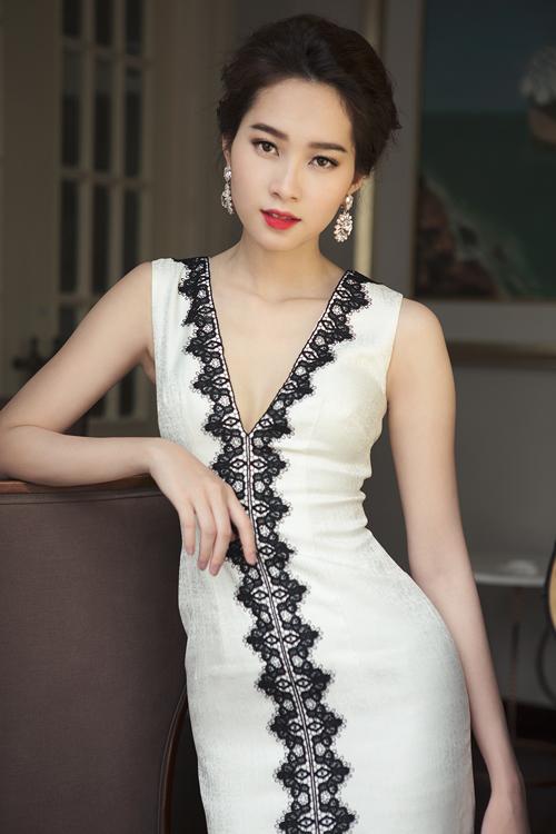 Bộ sưu tập của nhà thiết kế Linh Bùi tập trung vào khai thác các mẫu váy dạ tiệc mùa đông với sắc màu trang nhã, kiểu dáng hiện đại.
