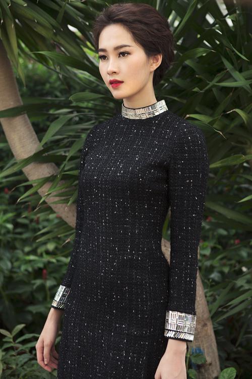 Chất liệu vải tweed mang đến sự ấm áp được đưa vào các mẫu thiết kế để giúp phái đẹp tỏa sáng tại các dạ tiệc đêm đông.
