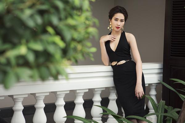 Cùng với những dáng váy tôn đường con đẹp mắt cho người mặc, phụ kiện ánh kim cũng được sử dụng để tạo nên điểm nhấn bắt mắt.