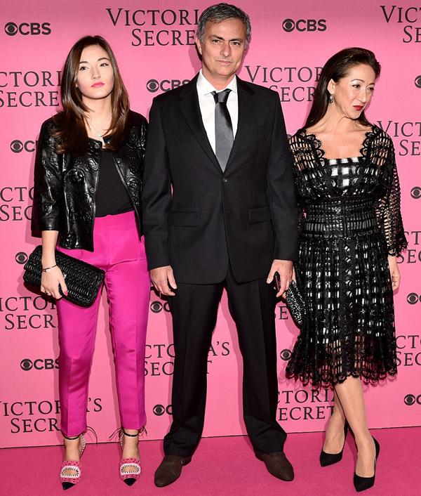 Tối qua, HLV Jose Mourinho cùng bà xã và cô con gái tuổi teen