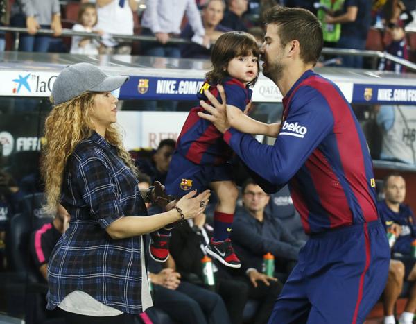 Pique, Shakira và bé Milan trong một trận đấu của Barca cuối tháng 10.