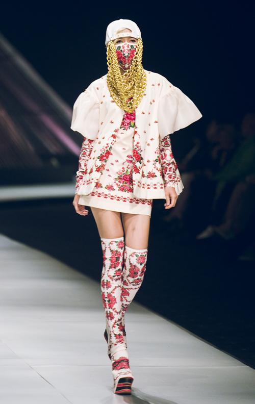 Bên cạnh những mẫu váy dài thướt tha, trang phục ngắn kết hợp với nón snapback khoẻ khoắn lại tạo ra những cô nàng hiphop đường phố đương đại cá tính và độc đáo.