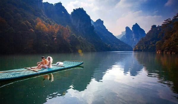 Bộ ảnh cưới đặc biệt của Cai Yuan, 31 tuổi, và Hsin Han, 29 tuổi, vừa dược thực hiện tại Khu thắng cảnh Vũ Lăng Nguyên nằm ở phía tây thành phố Trương Gia Giới, tỉnh Hồ Nam.