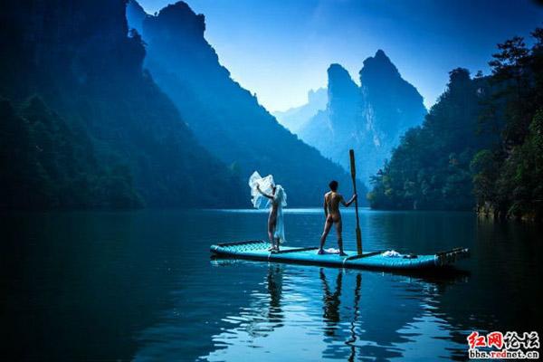 Cặp đôi tạo dáng tại nhiều điểm khác nhau trong khu thắng cảnh, bao gồm Hồ Bảo Phong và khu vực Hòn đá South Pillar of Heaven.