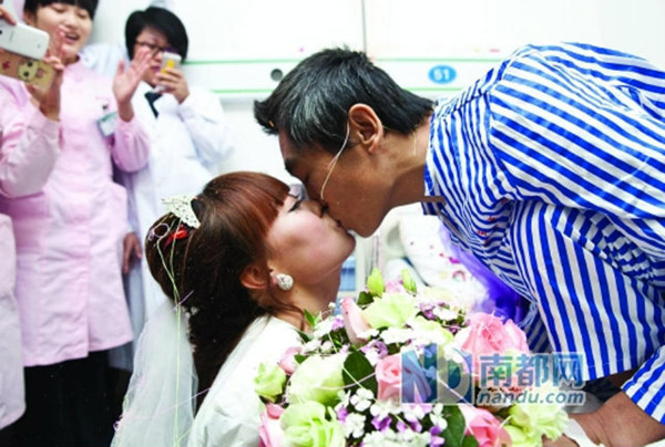 Liu Jinwei, 28 tuổi, sống ở thành phố Quảng Châu, tỉnh Quảng Đông, và bạn trai Sun Xidong, 36 tuổi, từng bàn bạc về đám cưới vào cuối năm nay. Tuy nhiên, kế hoạch đó bị rút ngắn lại khi Sun bất ngờ bị chẩn đoán đang bị bệnh melanoma hồi tháng 7. Đây là một dạng nguy hiểm của căn bệnh ung thư da.