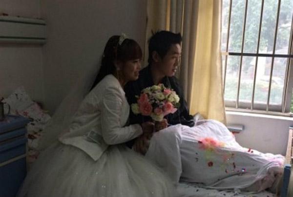 Khi Liu tiến về phía giường bệnh của Sun, anh không hề biết chuyện gì đang xảy ra. Ngay sau khi nhìn thấy bạn gái quỳ xuống và ngỏ lời, Sun rưng rưng nước mắt và gật đầu đồng ý.