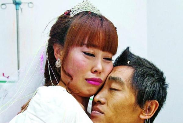 Đầu tháng trước, báo chí Trung Quốc đưa tin về một chàng trai ở tỉnh Sơn Đông quyết định bỏ việc tới Hà Nam để chăm sóc bạn gái đang ung thư giai đoạn cuối. Đám cưới của cặp tình nhân trẻ cuối cùng diễn ra hôm 17/11 tại bệnh viện Ung bướu Hà Nam, nơi cô gái đang điều trị.