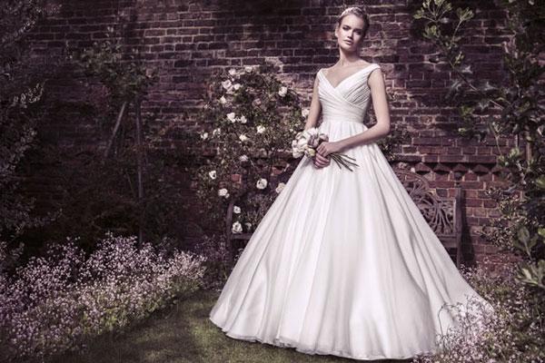 Váy cưới tinh khôi như đóa hồng bạch